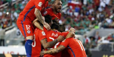 MMD10. Santa Clara (United States), 19/06/2016.- Chile forward Eduardo Vargas is celebrated by teammates after scoring his fourth goal against Mexico in the second half of their quarter-final soccer match of the Copa America Centenario at Levi's Stadium in Santa Clara, California, USA, 18 June 2016. Chile beat Mexico 7-0. (Estados Unidos) EFE/EPA/MONICA M. DAVEY